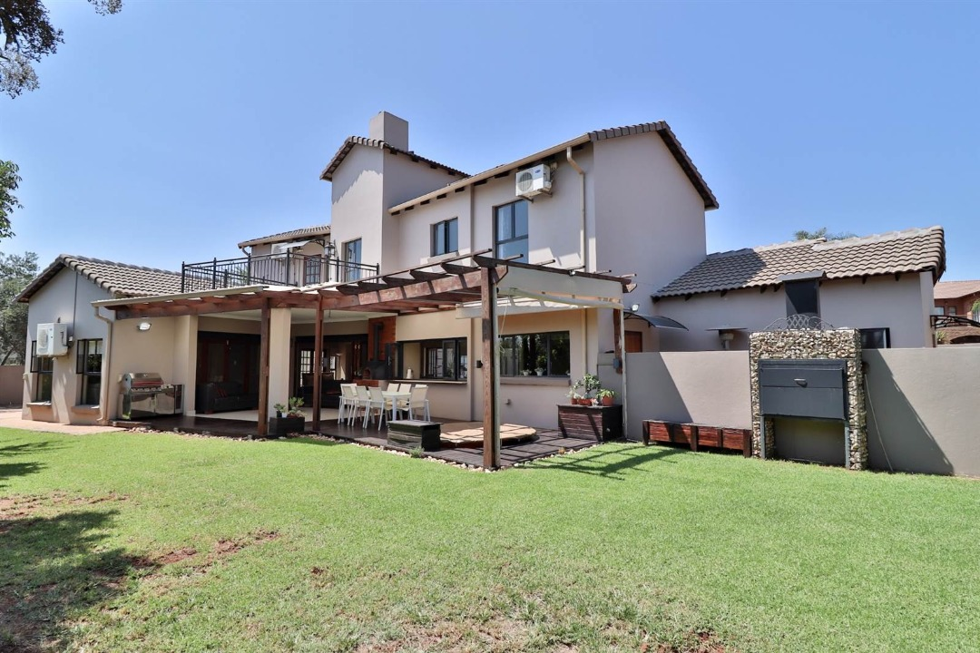 Beautiful  Entertainment Home In Secured Estate