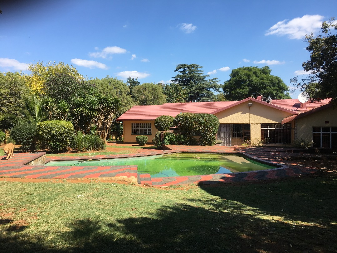 Are you looking for space? Do you want a tranquil garden with a pool and a dressing room fitted with a bathroom? Do you want a granny flat? Then this is for you!!