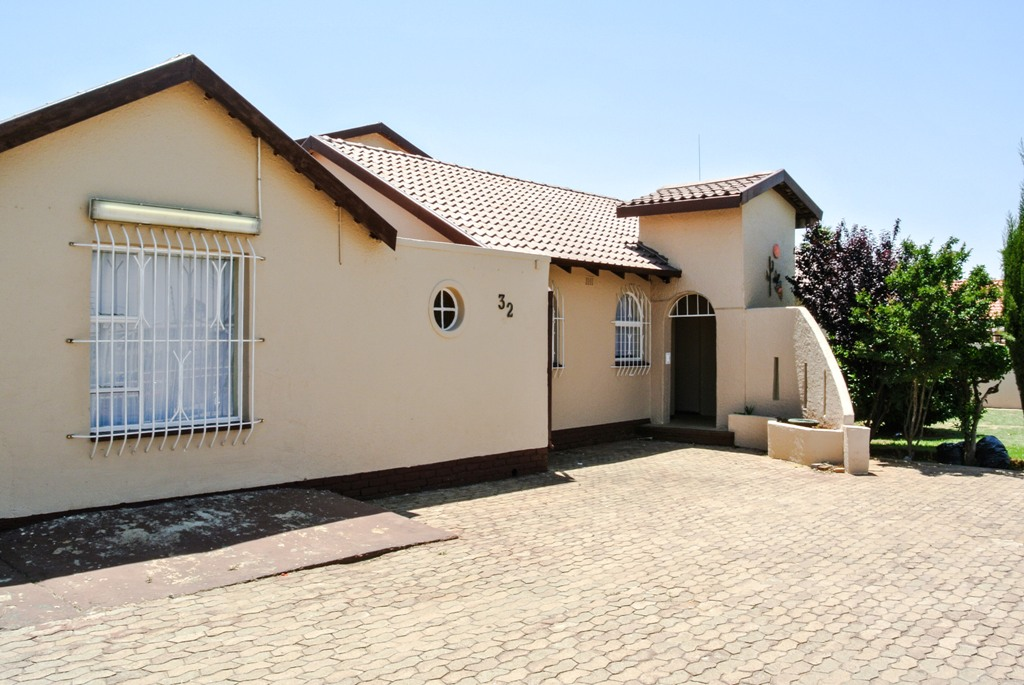 4 BedroomHouse For Sale In Helikonpark