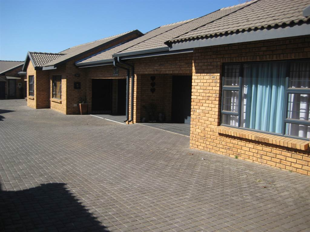 3 Bedroom House for sale in New Redruth ENT0070591 : photo#1