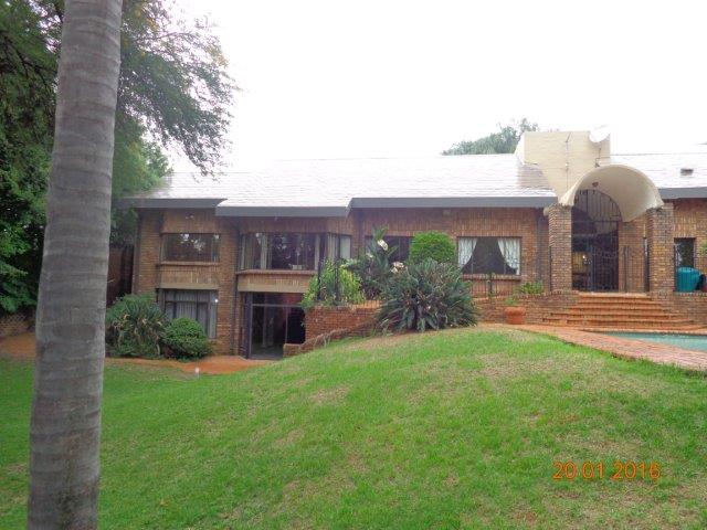 5 BEDROOM HOME in Waterkloof Heights with 2 flatlets