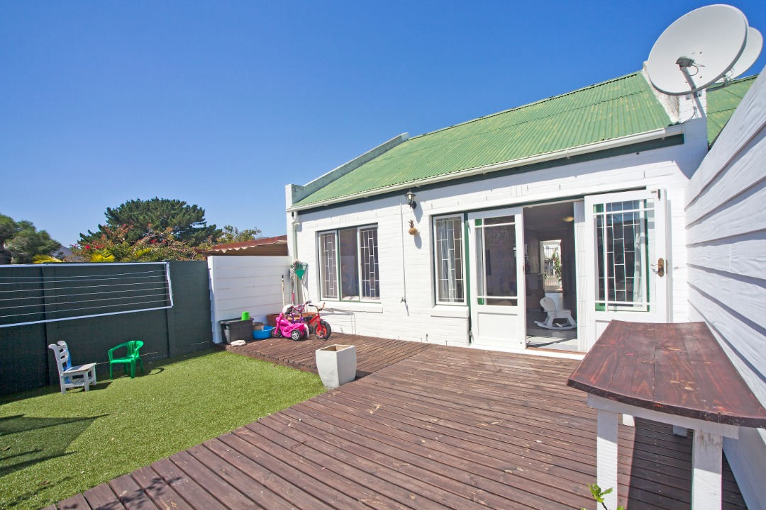 Bring your toothbrush!  Stunning unit in Milkwood Park