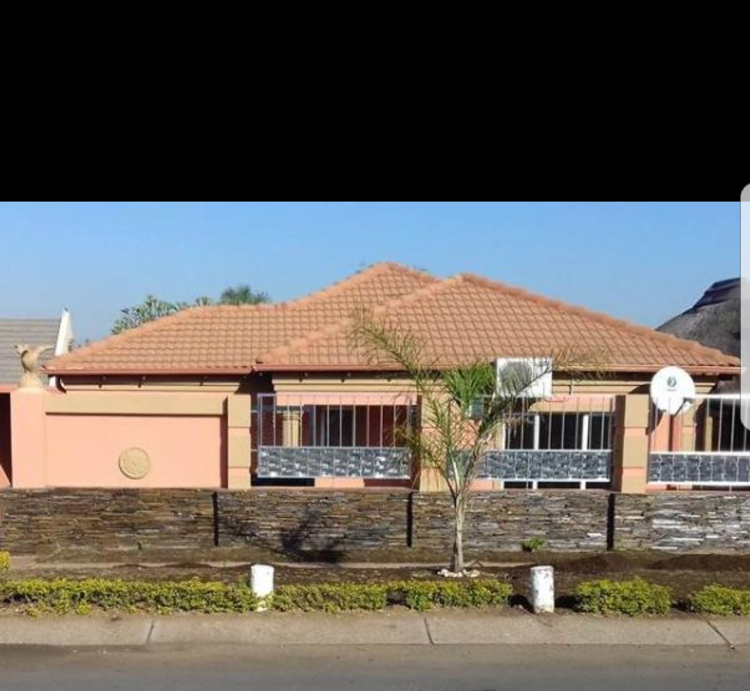Luxurious like new renovated  3 bedroom with granny flat R 1 182 500