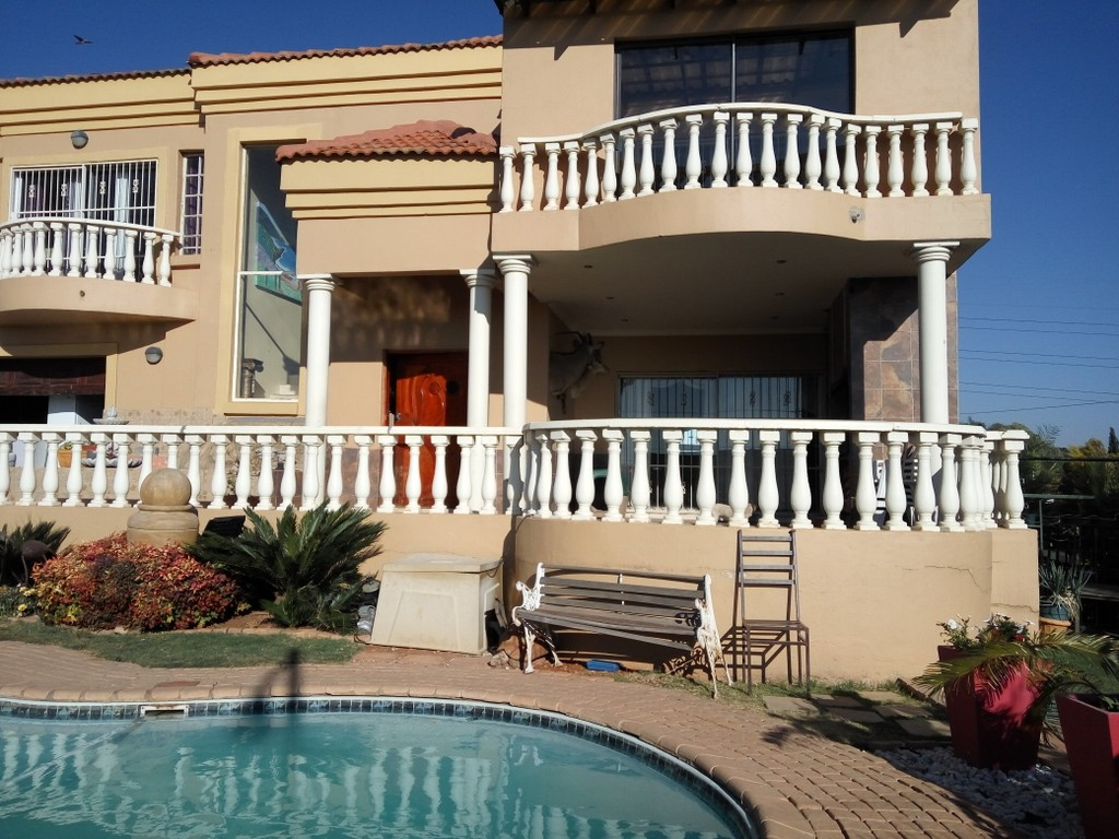 Beautiful - Tuscan home - 3 Flatlet apartments- Ideal for Investor
