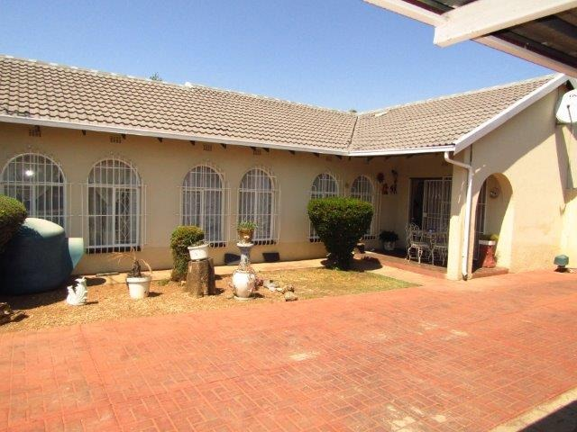 BRACKENHURST - R2,5mill Prime Business Potential! On Hennie Alberts Street! Large home suitable for business development, in the main road!