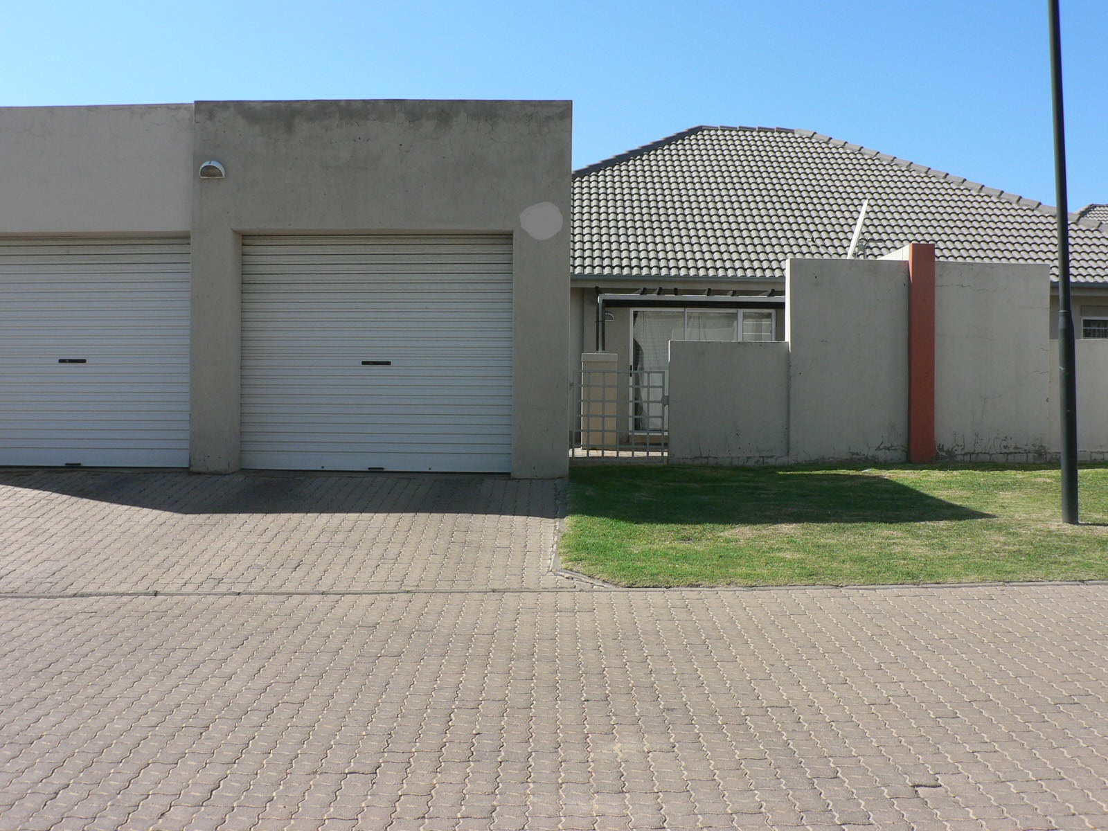 Move in Ready! Modern Townhouse in a Secure Complex...