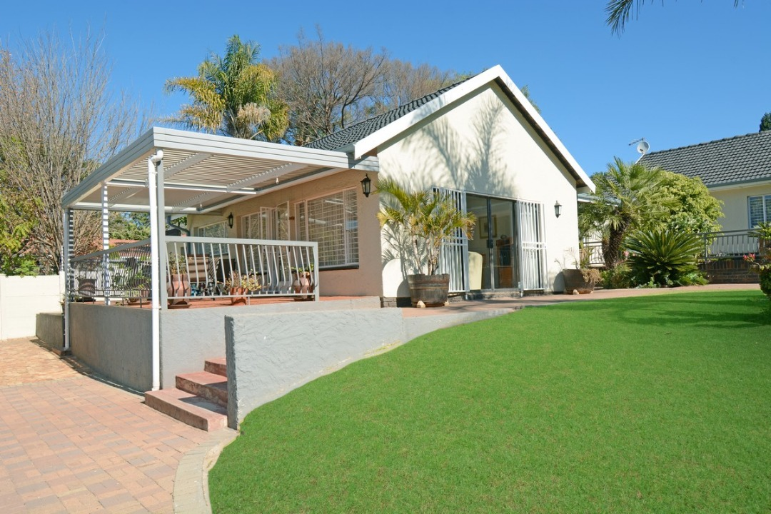 Spacious home with 3 cottages and 7 garages