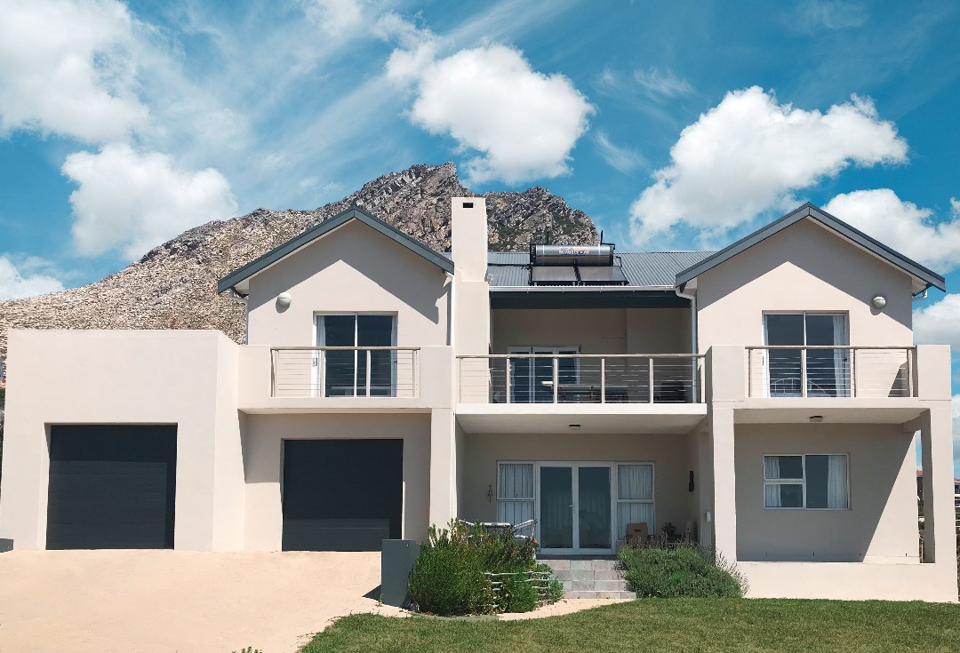 Modern Family Home in Rooi Els