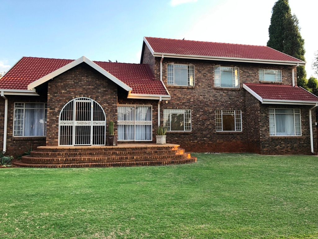 Low Cost, Extremely Spacious House with 5 Bedroom in Garsfontein