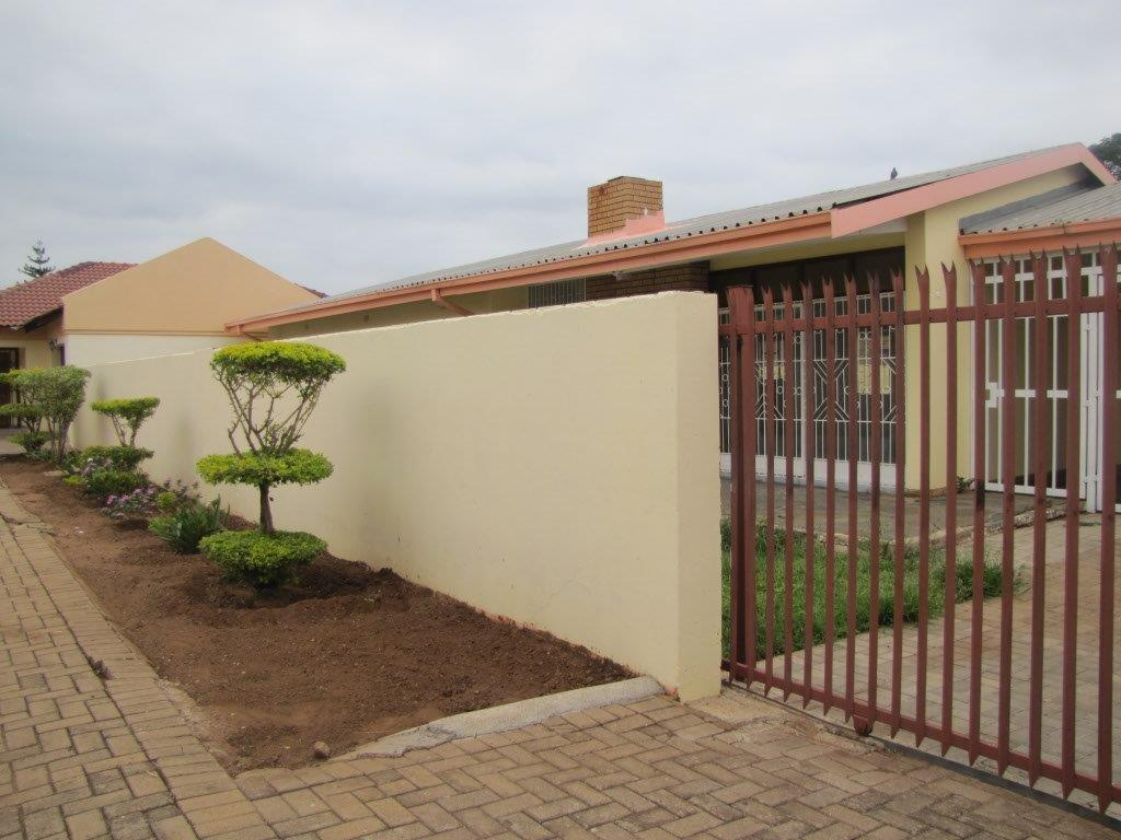 SOLE MANDATE 4 bed family home in Complex - Bezuidenhout