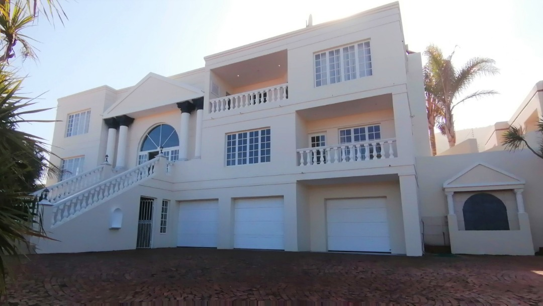 Stunning 4 Bedroom House in Outeniqua Strand
