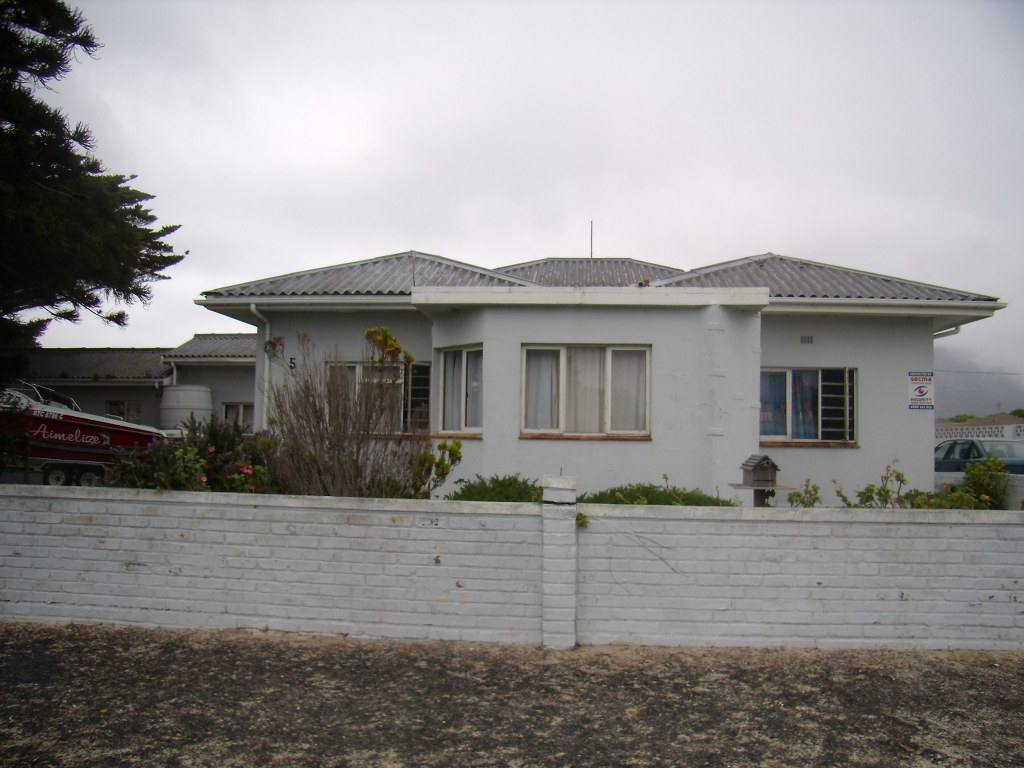 4 Bedroom house in Gansbaai with Res 2 zoning for sale