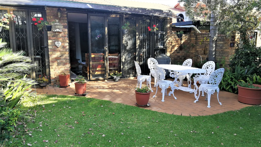 LOVELY TOWNHOUSE - GARSFONTEIN