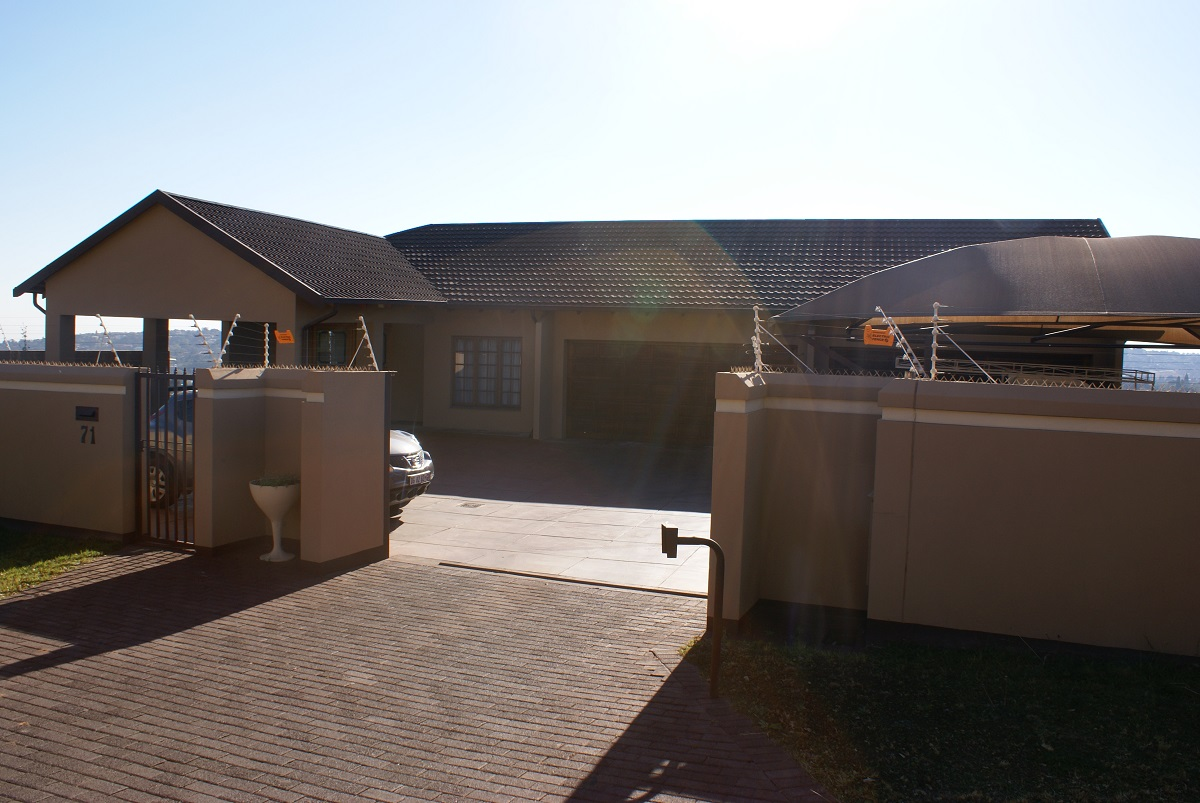 9 BedroomHouse For Sale In Roodekrans