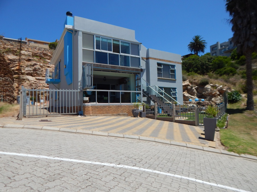 Beautiful sea view 6 bedroom 4 bathroom house for sale in Mossel Bay
