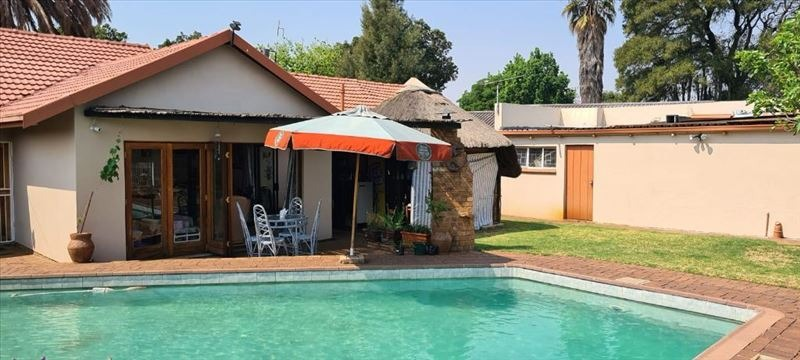 Lovely family home with flat, pool and entertaining area.