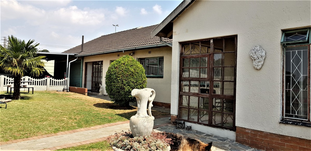 4 Bedroom House with 2 Bedroom Flatlet for Sale in Tulisia Park(South Crest side)