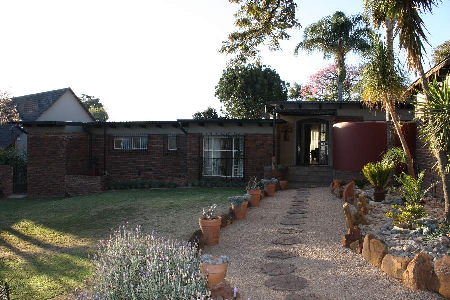 Farm-style 4-bed home, large stand for the keen gardener!