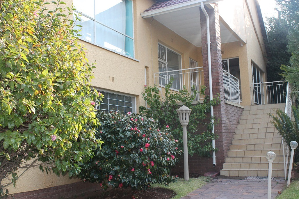 Helderkruin - Immaculate 4 Bed Family Home + 1 Bed Flatlet on lower level. Entertainment areas are too much to mention! Tick All the boxes!