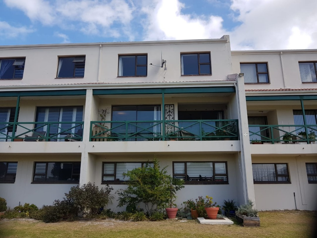 View-tiful!  Stylish 4 bedroom townhouse with majestic mountain views over the vlei