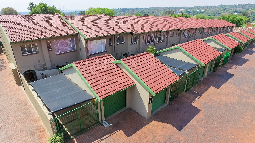 SOLID DUPLEX IN THE HEART OF RANDBURG WITH EMPHASIS ON  SPACE !