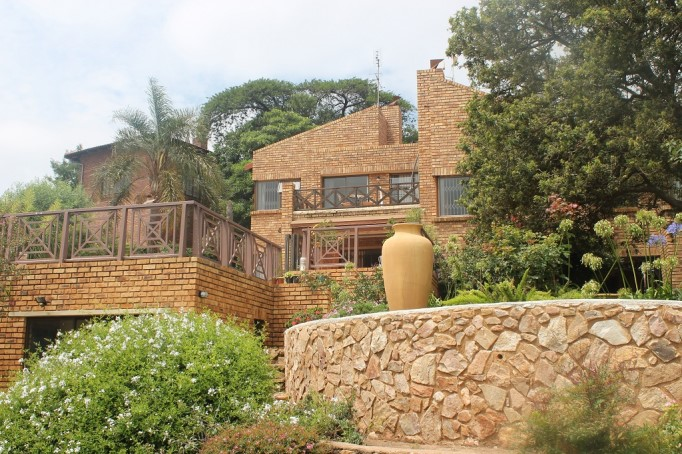 Quellerina - MILLIONAIRES MANSION with Amazing Views located against the Slope of the mountain. One of Kind 4 Bed Family Home + 2 Bed Cottage