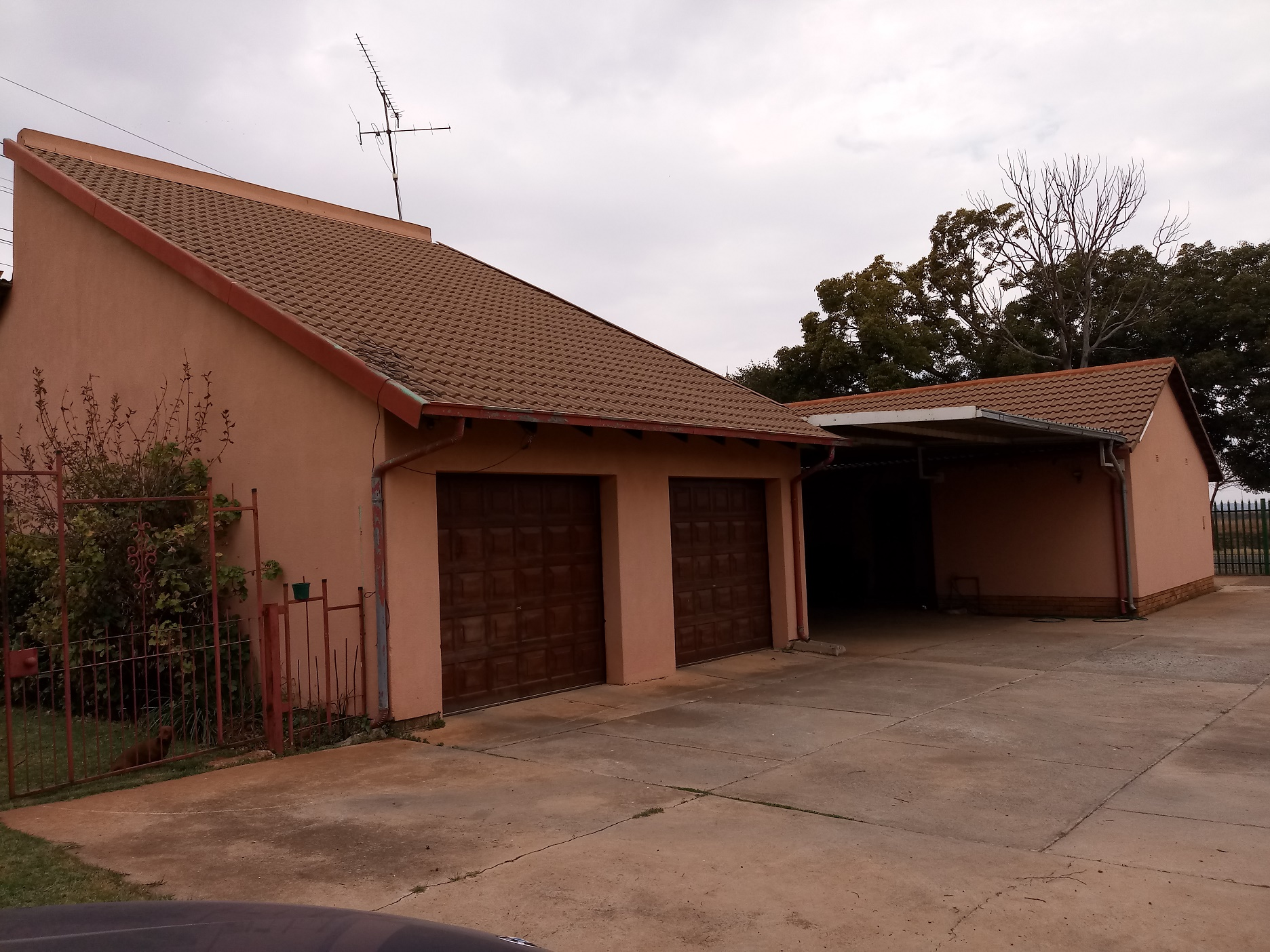 4 bedroom 3 garages house in Dersley