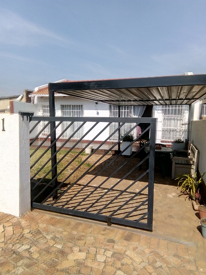 Freestanding two bedroom unit, located in a small complex with own garden.