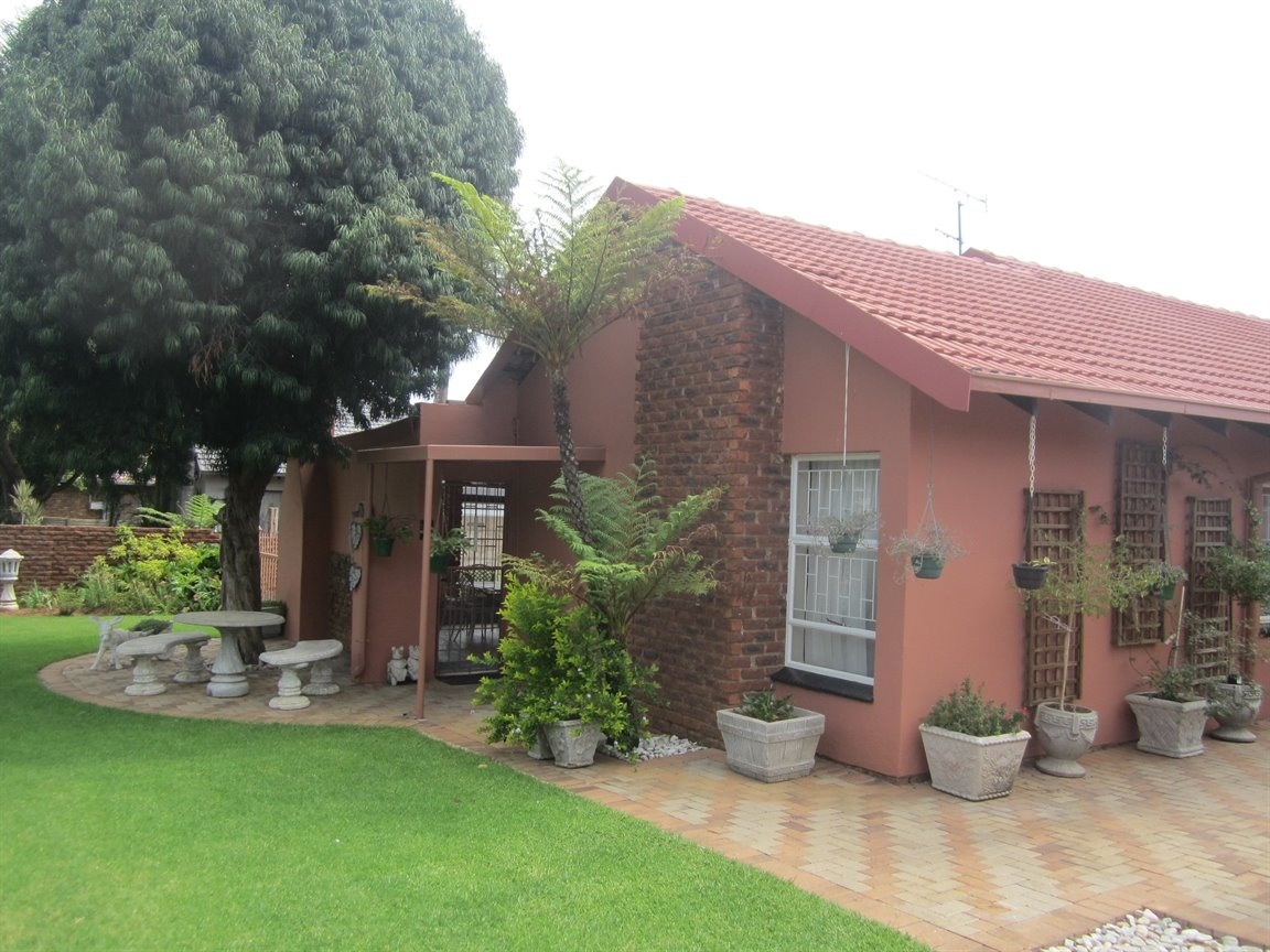 Excellent 3 Bedroom house with flat in Dorandia