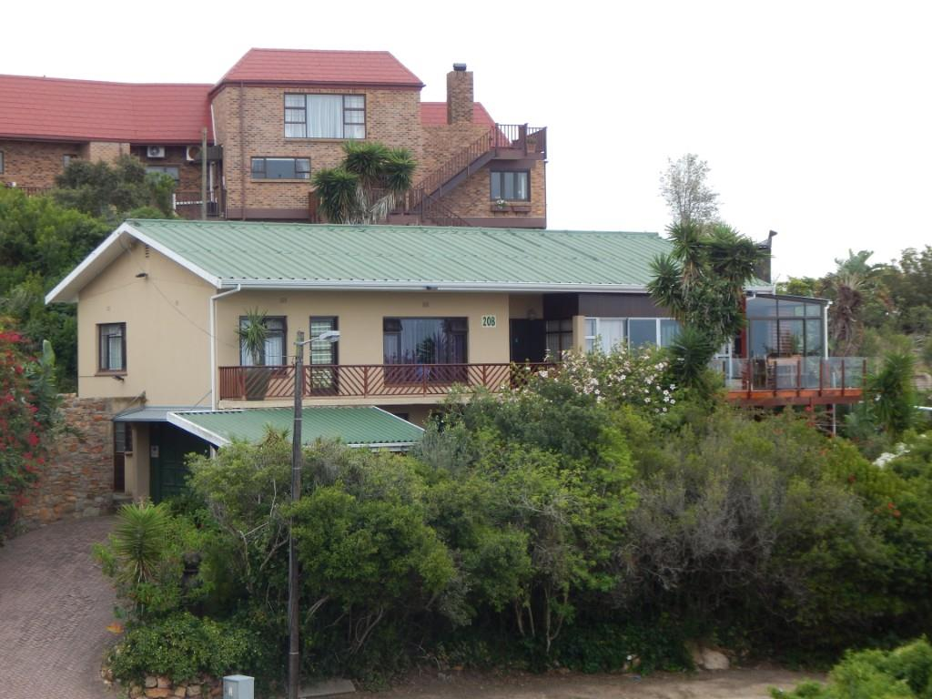 MOSSEL BAY 4 BEDROOM HOME FOR SALE is situated in a prime area Santos. Separate one bedroom flat is an bonus.