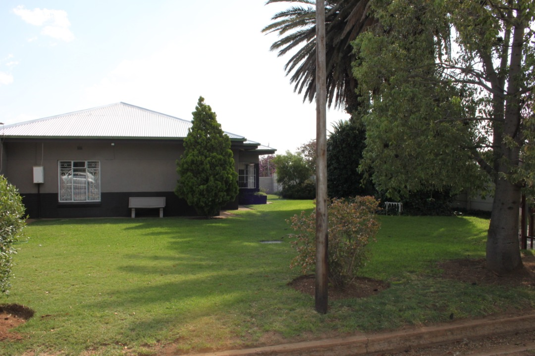 Large House with business opportunity in Parys!