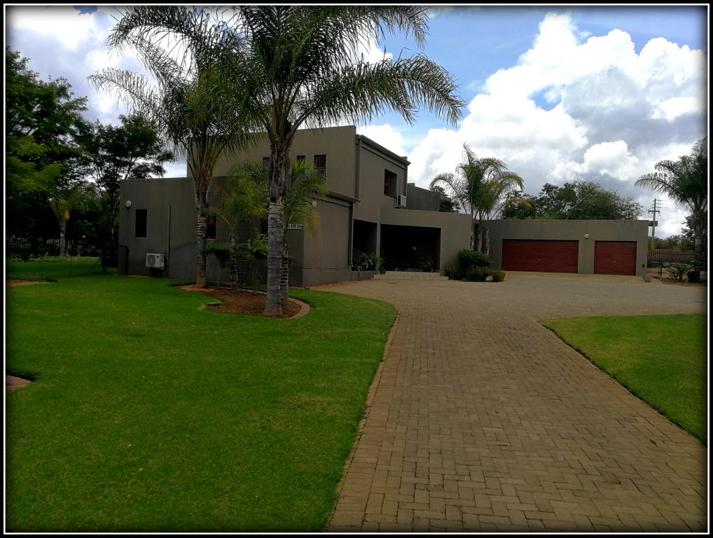Exceptional spacious 5 bedroom modern home well located in Broadlands