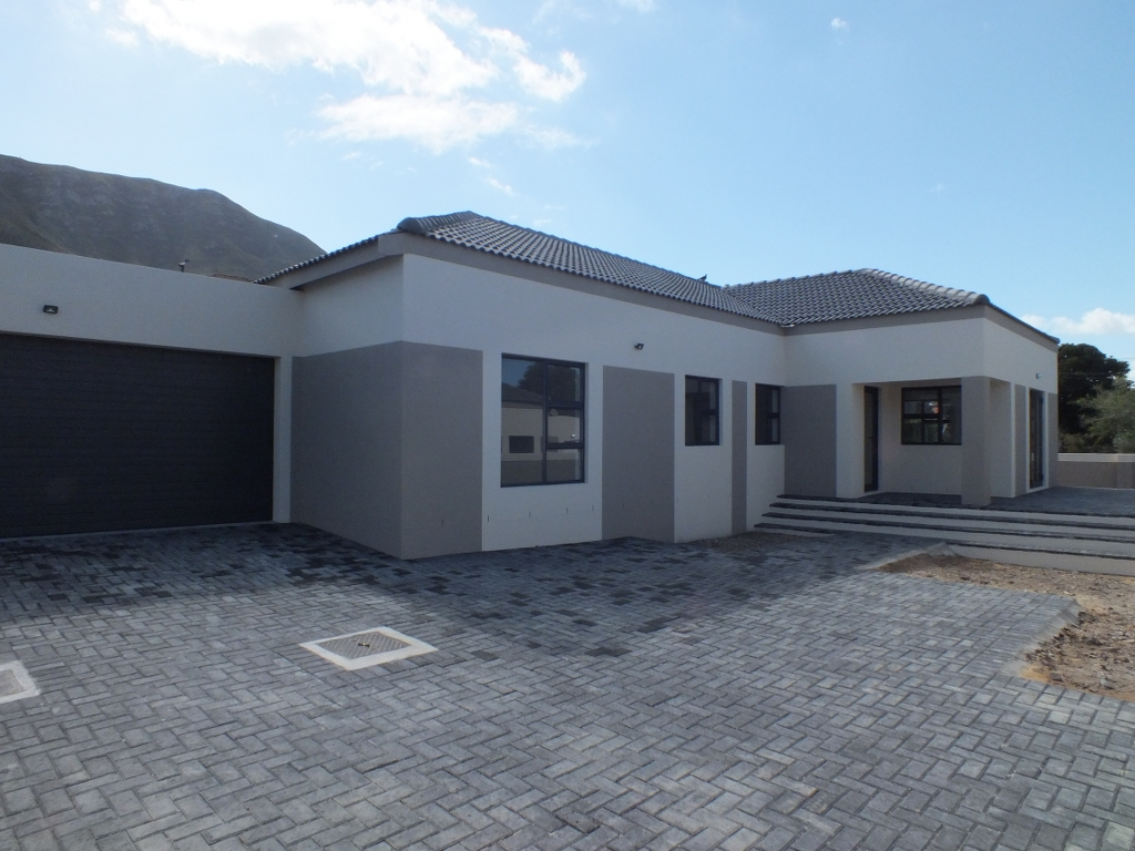 BRAND NEW 4 Bedroom House at a BARGAIN price in the sought after Onrus suburb!