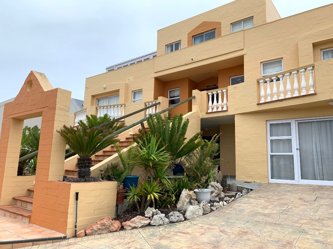 Immaculate ten bedroom house on the beach!