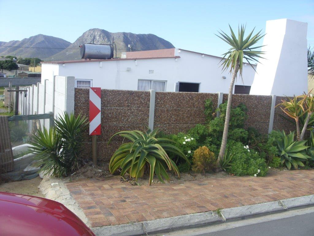 COSY ONE BEDROOM HOUSE FORE SALE IN BLOMPARK ( GANSBAAI)