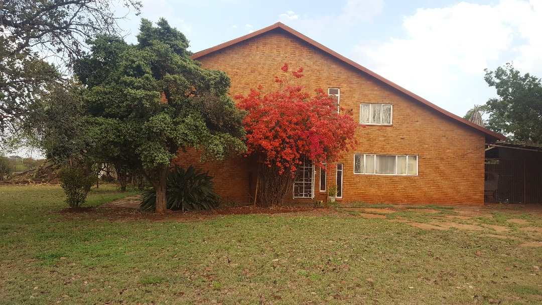 7.5 ha Plot with Country Style Farmhouse & 2nd 3 Bed Dwelling, Kameeldrift East