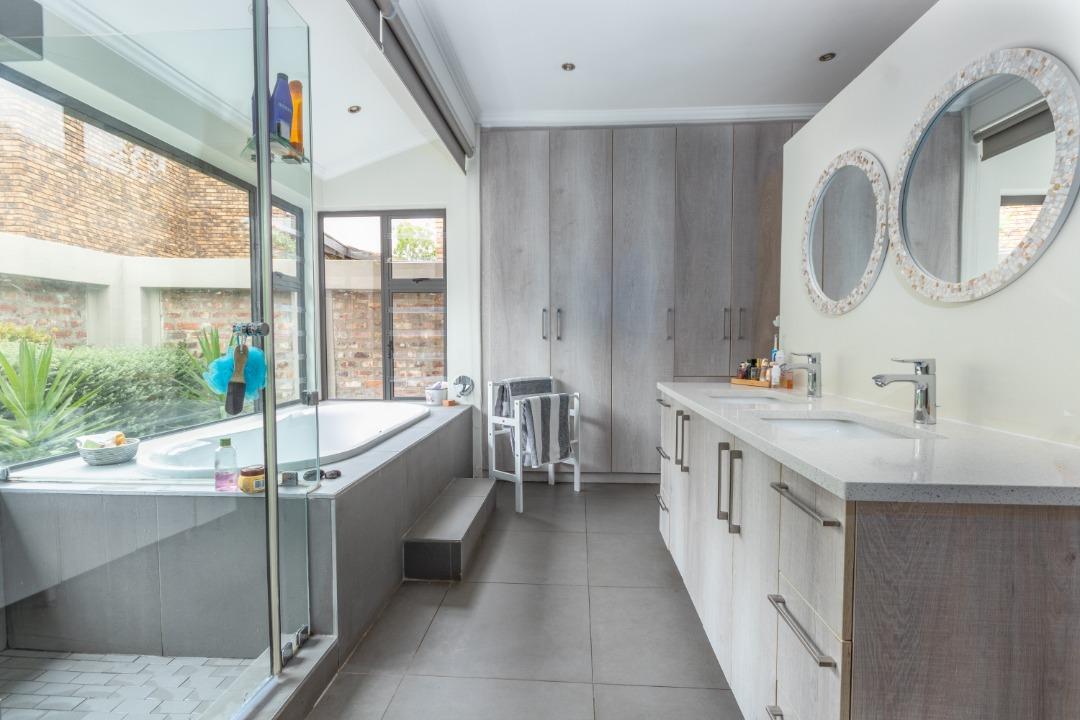 main bedroom en suite bath.jpeg