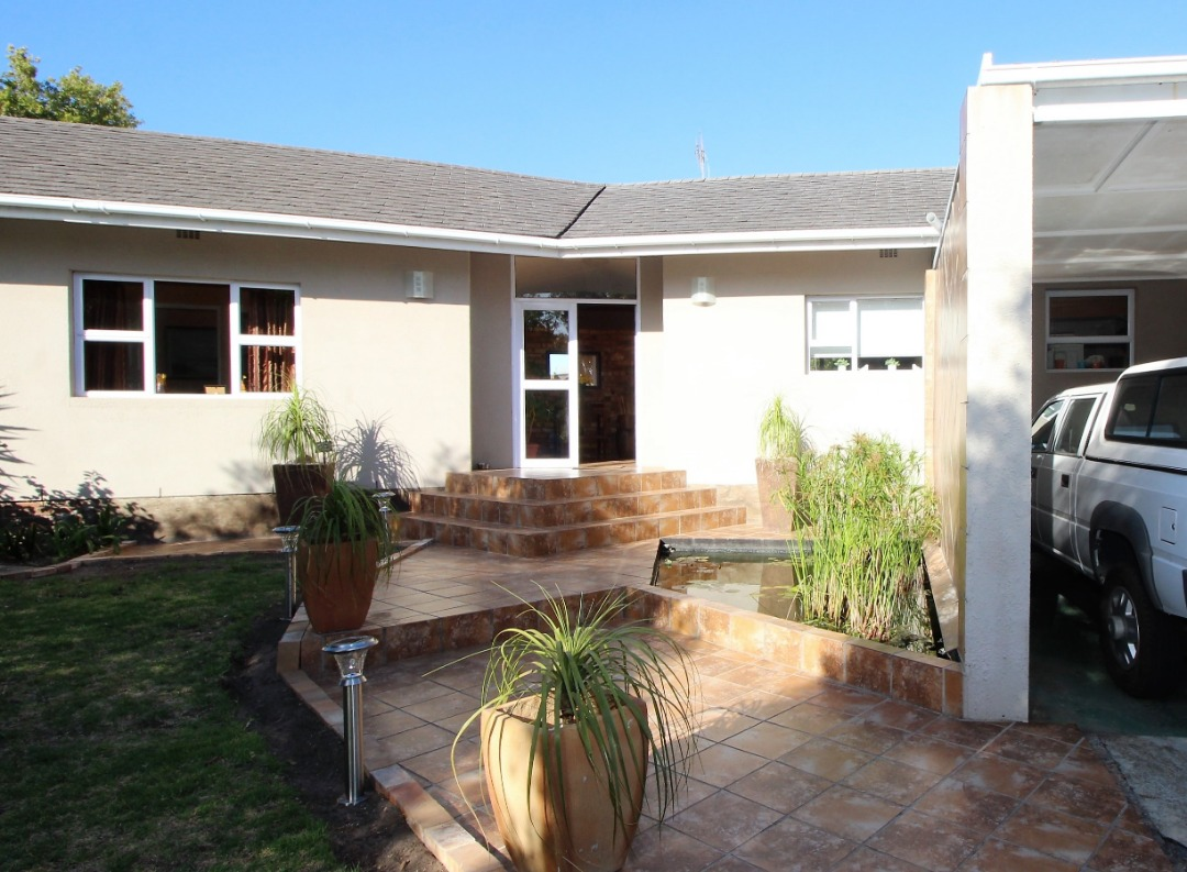 4 Bedroom Townhouse on two street entrance | Grabouw Town.