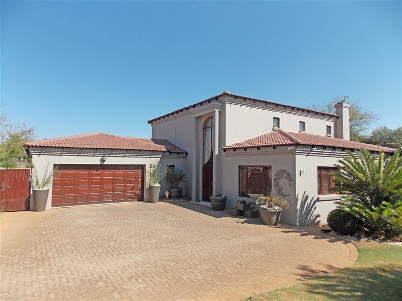 Beautiful home in Estate opposite Ruimsig Golf Course